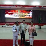 Kepala Badan Kepegawaian dan Pengembangan SDM Kota Palopo, Farid Kasim Judas (tengah) foto bersama dengan Beni Sumbung yang baru saja dilantik sebagai Camat Wara Barat.