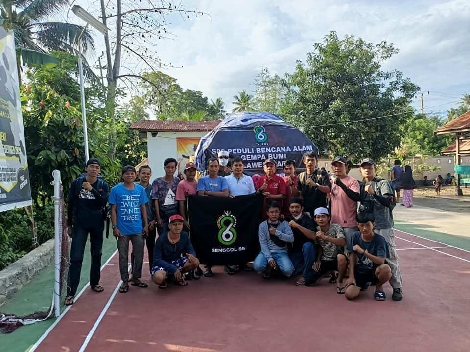 Sebelum berangkat ke Sulbar, Kades Barowa, Ikhsan Arifin foto bersama dengan para pemuda yang tergabung dalam Komunitas Senggol 86 Barowa di Desa Barowa, Kecamatan Bua, Kabupaten Luwu, Sulawesi Selatan, Kamis (21/1/2021).