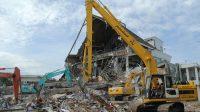 Sejumlah excavator membersihkan puing-puing runtuhan bangunan Kantor Gubernur Sulbar di Mamuju, Provinsi Sulbar , Rabu (20/1/2021).