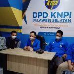 Wakil Ketua Bidang Advokasi Hukum HAM dan Keamanan DPD KNPI Sulsel, Andi Ifal Anwar (kedua dari kiri) didampingi sejumlah rekannya, saat memberikan keterangan kepada wartawan di Sekretariat DPD KNPI Sulsel, Jalan Boulevard, Makassar, Jumat (29/1/2021).