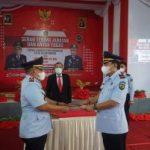 Acara Sertijab dilakukan secara simbolis antara Kalapas Kelas IIA Watampone yang lama, Lukman Amin dengan Sudirman Zainuddin, selaku Kalapas yang baru di Aula Lapas Kelas llA Watampone, Kamis (14/1/2021).