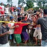Warga setempat mengevakuasi jenazah Salika (60) yang meregang nyawa setelah ditebas oleh tersangka Reza Pagalla (60) di lokasi area persawahan di Dusun Labokke, Desa Puty, Kecamatan Bua, Kabupaten Luwu, Sabtu (9/1/2021).