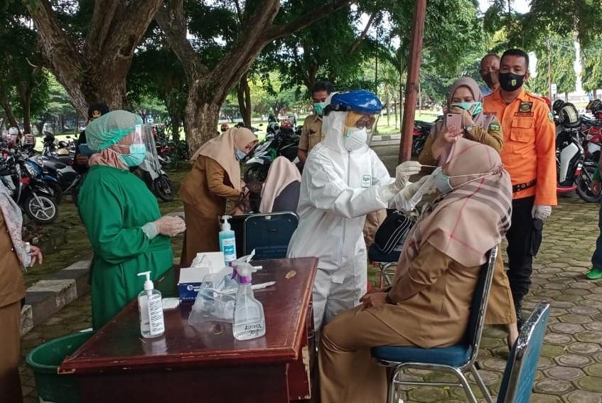 Tampak sejumlah ASN lingkup Pemkab Luwu, menjalani periksaan rapid tes swab antigen.