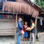 Komunitas Ubas Extrem Luwu serahkan paket sembako kepada sejumlah keluarga kurang mampu, saat melaksanakan kegiatan bakti sosial di wilayah Kecamatan Bua dan Kecamatan Ponrang, Kabupaten Luwu, Jumat (05/02/2021)