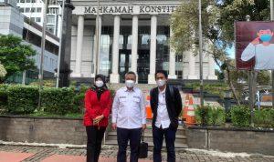 Budiman Hakim (tengah) foto bersama kuasa hukumnya, Agus Melas (kanan) seusai mengikuti sidang putusan perkara gugatan perselisihan hasil Pilkada Kabupaten Lutim tahun 2020 di Mahkamah Konstitusi, Jakarta, Rabu (17/02/2021)