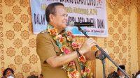 Bupati Luwu, Dr. H. Basmin Mattayang, M.Pd, membawakan sambutannya pada acara peresmian gerbang Desa Rantai Damai di Kecamatan Walenrang Timur, Kamis (25/02/2021).
