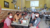 Suasana kegiatan silaturahmi Komandan Denpom XIV/4 Makassar, Letnan Kolonel CPM Tabi Pasenggong dengan para wartawan di Warkop Topoka, Kecamatan Belopa, Kabupaten Luwu, Kamis (11/02/2021) pagi.