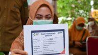 Bupati Lutra, Indah Putri Indriani memperlihatkan Kartu Vaksinasi Covid-19, seusai disuntik vaksin Sinovac di Puskesmas Masamba, Kecamatan Masamba, Kabupaten Lutra, Senin (01/02/2021) kemarin.