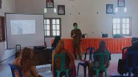 Kepala Puskesmas Bua, dr. Bunadi, M.Kes, saat menyampaikan materi sosialisasi vaksinasi Covid-19 di Kantor Desa Tiromanda, Kecamatan Bua, Kabupaten Luwu, Senin (08/03/2021)