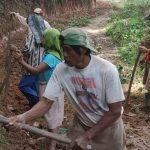 Warga Lembang Marinding, sedang bergotong royong membersihkan dan memperbaiki saluran air jalan tani di Dusun Barana, Lembang Marinding, Kecamatan Mengkendek, Kabupaten Tator, Jumat, 5 Maret 2021.