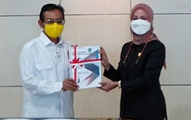 Bupati Lutra, Indah Putri Indriani menyerahkan LKPD Kabupaten Lutra TA 2020 kepala Kepala BPK Perwakilan Sulsel, Wahyu Triono