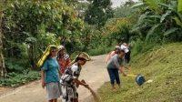 Warga Kelurahan Lemo, bergotong royong membersihkan dan menata lingkungan mereka dalam kegiatan Jumat Bersih yang dilaksanakan setiap hari jumat pagi.