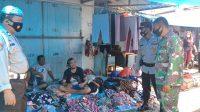 Kapolsek Ponrang AKP Sadsali Kareba dan Kanit Provos Polsek Ponrang Aiptu Jumadi bersama personil anggota TNI dari Koramil 1403-04/Padang Sappa, menghimbau para pedagang dan pengunjung pasar untuk menerapkan prokes pada saat menggelar operasi yustisi di Pasar Padang Sappa, Kecamatan Ponrang, Kabupaten Luwu, Rabu (31/03/2021).