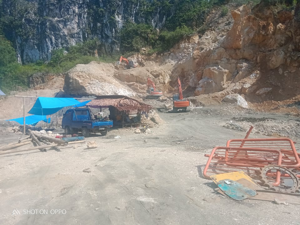 Salah satu lokasi tambang batu andesit atau tambang galian golongan C yang tidak memiliki Izin Usaha Pertambangan (IUP) Operasi Produksi di lingkungan Pang Rante, Kelurahan Lang Tanduk, Kecamatan Rantepao, Kabupaten Torut, Sulawesi Selatan