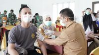Salah satu personil anggota Polres Luwu, sedang diinjeksi dengan dosis vaksin Covid-19 di Aula Pertemuan Mapolres Luwu, Desa Senga Selatan, Kecamatan Belopa, Kabupaten Luwu, Selasa (09/03/2021).
