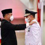 Plt Gubernur Sulsel, Andi Sudirman Sulaiman (kiri) melantik Wabup Lutim, H Budiman Hakim sebagai Bupati Lutim untuk periode sisa masa jabatan tahun 2021-2026 di Ruang Pola Kantor Gubernur Sulsel di Makassar, Senin (05/04/2021).