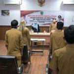 Bupati Lutra, Indah Putri Indriani (kiri) didampingi Wabup Lutra, Suaib Mansur saat melantik 13 pejabat fungsional lingkup Pemda Lutra di Command Center Kantor Bupati Lutra, Selasa (06/04/2021).