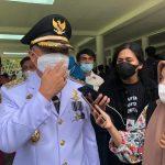 Wabup Lutim, H. Budiman Hakim, menyampaikan keterangan persnya kepada sejumlah awak media sesaat setelah dilantik oleh Gubernur Sulsel, Nurdin Abdullah di Baruga Pattingaloang Rujab Gubernur di Kota Makassar, Jumat (26/02/2021).